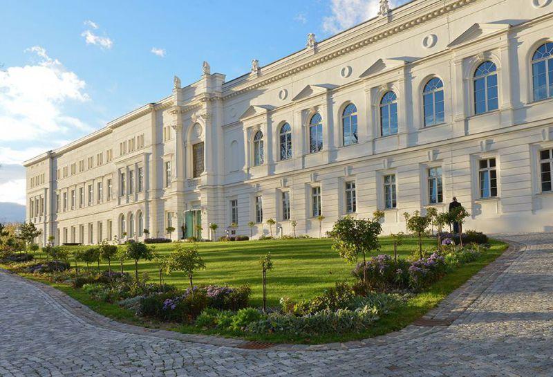 Zu sehen ist die weiße klassizistisch-historistische Fassade der Leopoldina in Halle (Saale), Foto: Nationale Akademie der Wissenschaften Leopoldina, Halle (Saale)